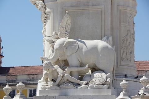 pied de la statue de Joao 1 place du Commerce